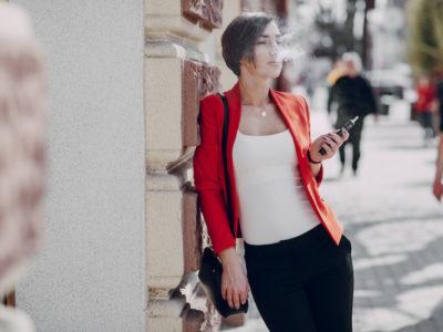 電子タバコを吸う女性