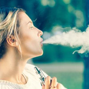電子タバコの煙と女性