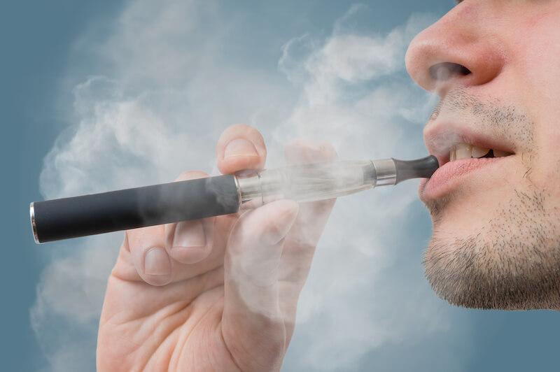 電子たばこを吸う男性